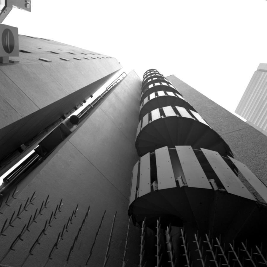 ヒカリエ ビルの間 螺旋階段