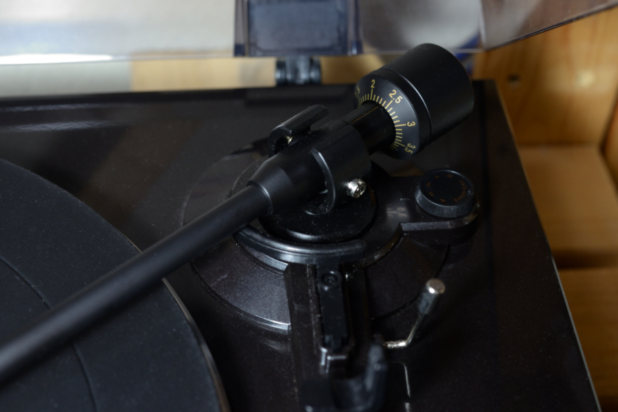 トーンアームの付け根部分、バランスウェイト(カウンターウェイト)、アンチスケーティングつまみ