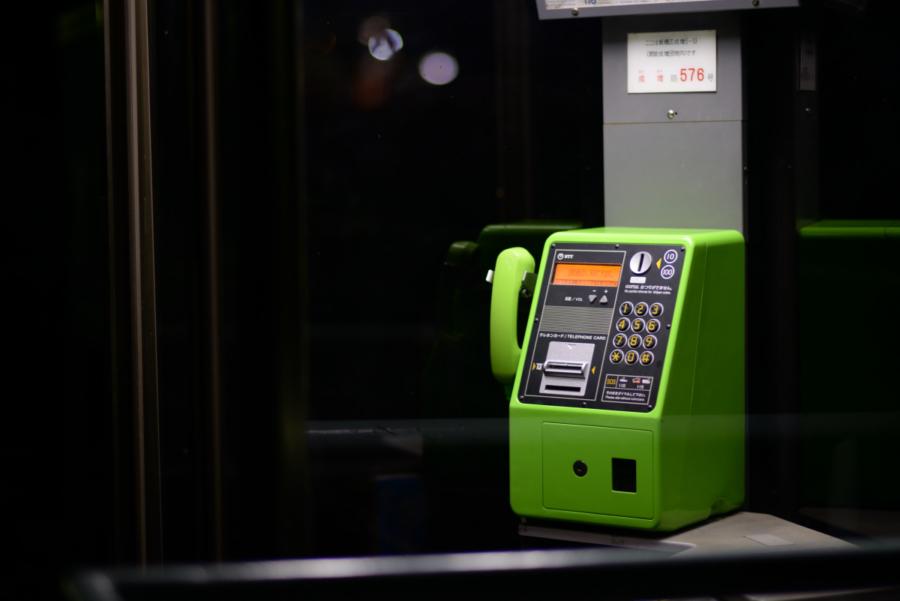 公園の電話ボックス